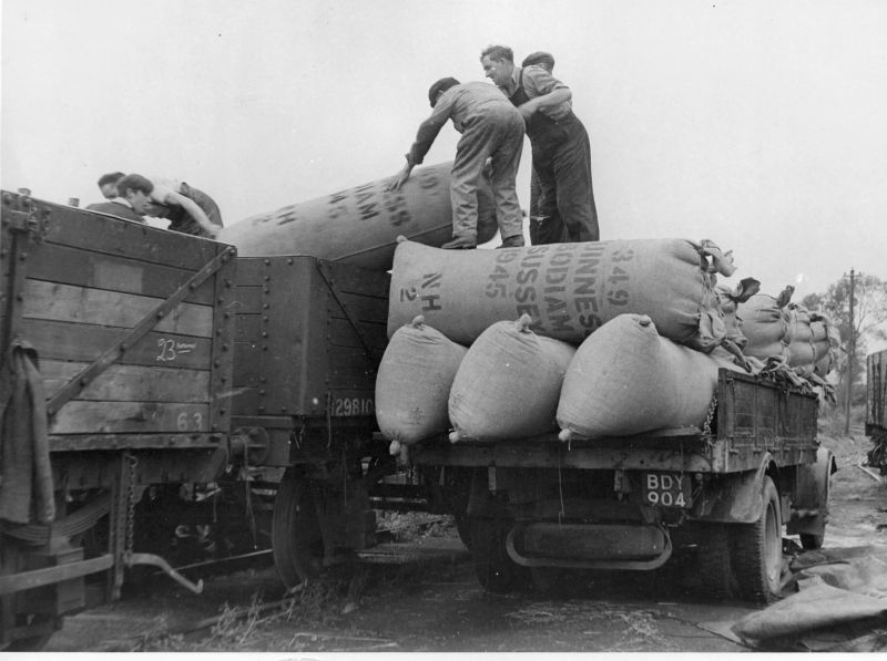 Loading hop pockets into goods wagon